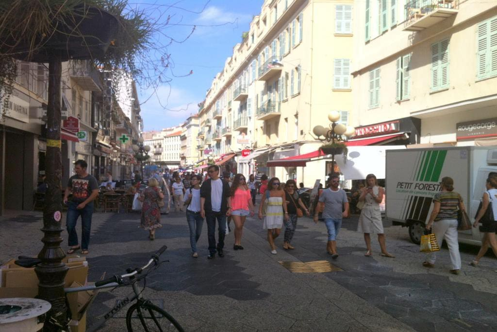 Right in the pedestrian district, great way to discover Nice