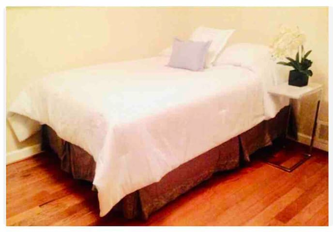 Fantastic Fully Furnished Bedroom in Rockville!