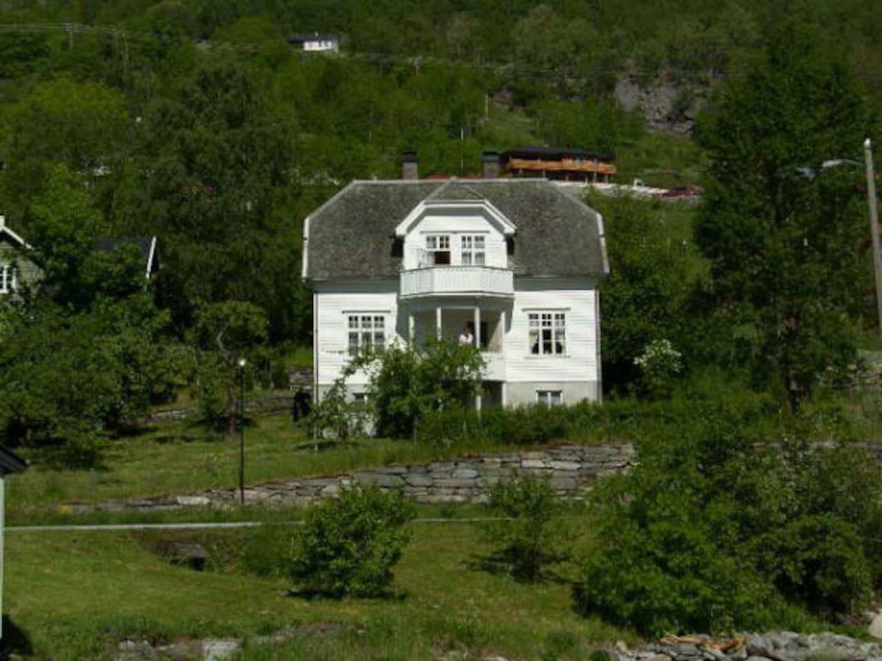 Sjarmerende hus fra 1929 med fantastisk beliggenhet ved Sognefjorden.
