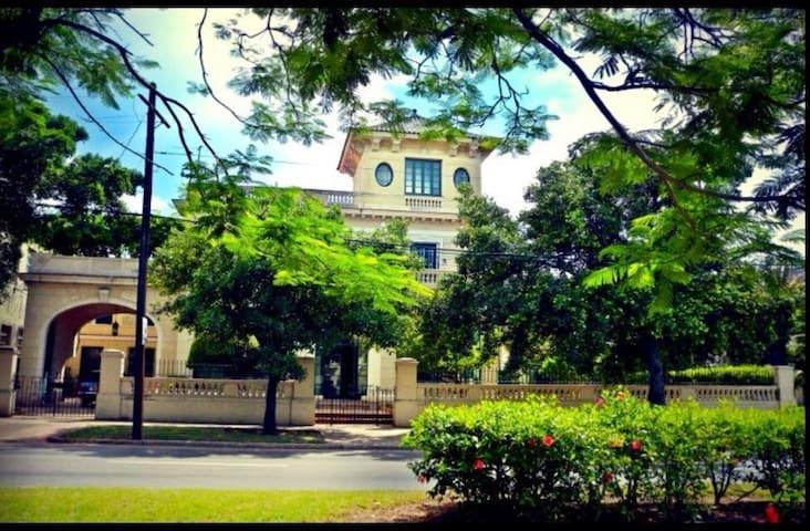 La edificación del Hostal Silvia es un ejemplo de las mansiones que caracterizan El Vedado, barrio residencial de La Habana.