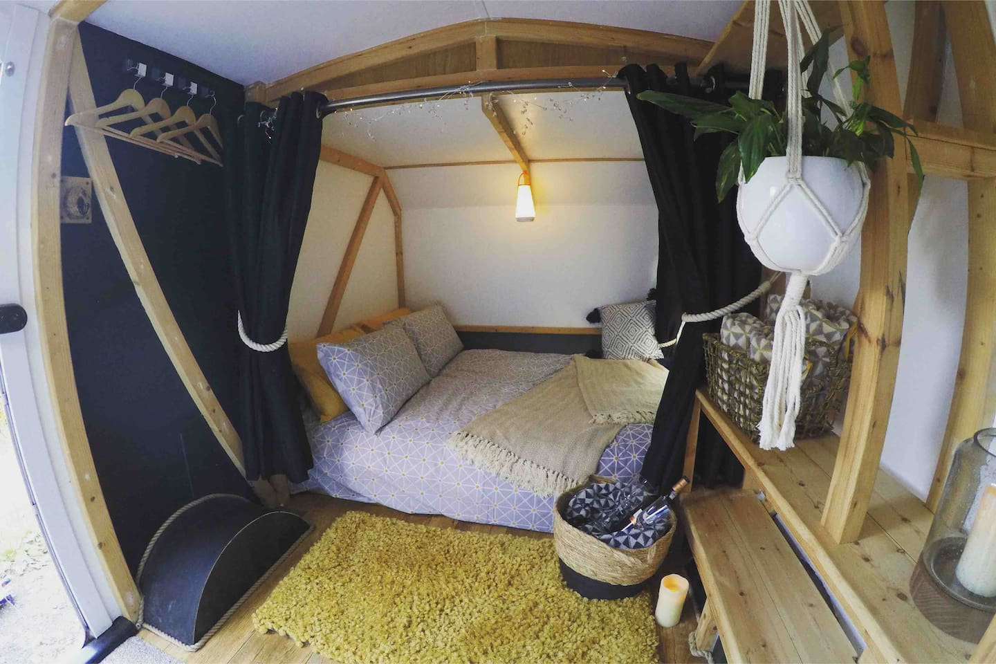 Cosy sleeping pod 'The Black Bean' - Tiny but well equipped total space of approx 2mx3m