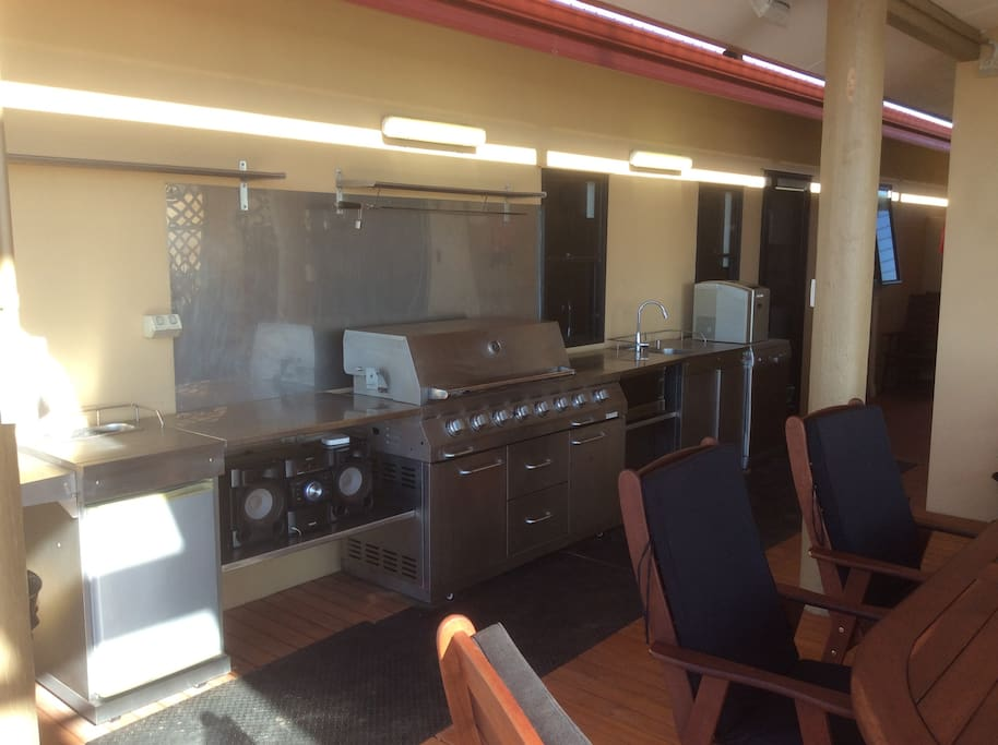 The Alfresco Kitchen - includes dishwasher and ice maker