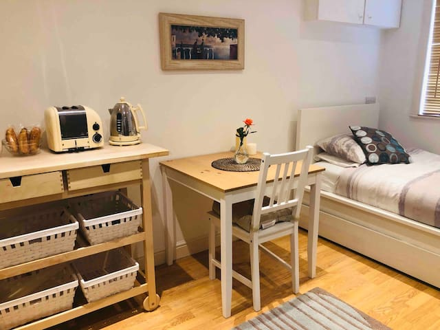 **Cosy, modern studio in Ealing  (Female Only)**