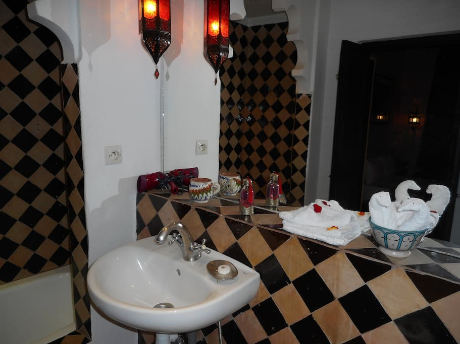 Chambre triple guesthouses for rent in marrakech for What does salle de bain mean in english