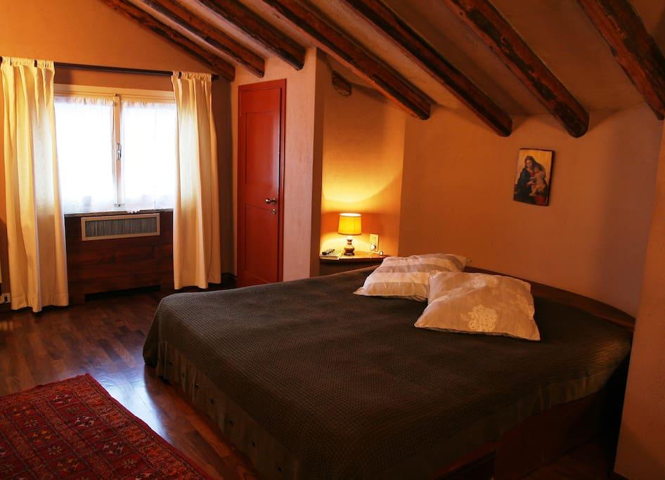 Master bedroom with living room + fireplace / Camera padronale con soggiorno e camino