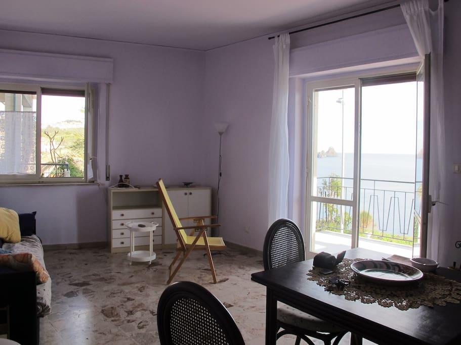Soggiorno con balcone e finestra sul mare