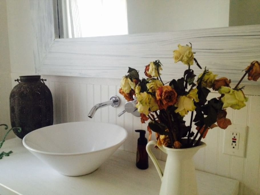 Enoy the ambience of a bathroom with a deep relaxing bath (full of peace and beauty)yet with massive functionality