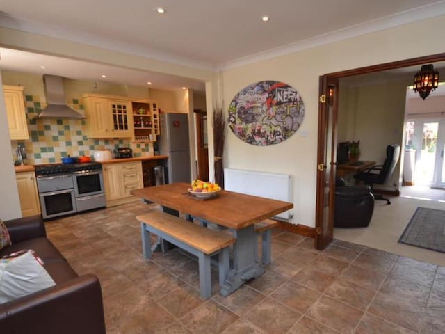 Spacious family home in Bridport. - Walditch, Bridport - House
