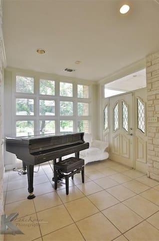 1001 Fm 568 - Coleman - House