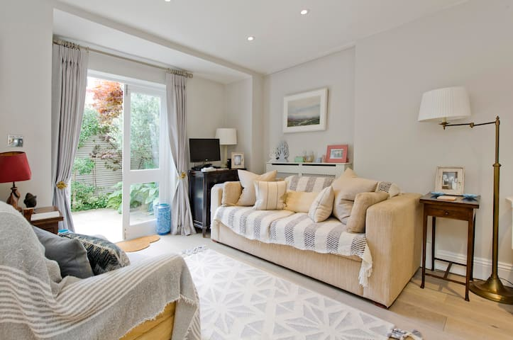 Charming 2-bed Apt in Fulham with Garden
