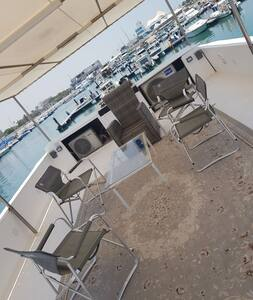 Spacious house boat, perfect for events and party