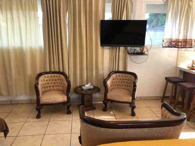 """Sala interior de tres piezas y tv de 42"""" con cable."""