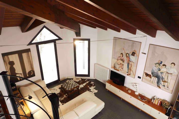 Area relax con divano vista dal soppalco