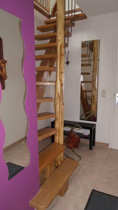 Hall d'entrée et accès à l'appartement. Cage d'escalier.
