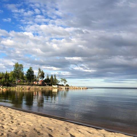 Sommarstuga med bastu, vid skog, hav & sandstrand!