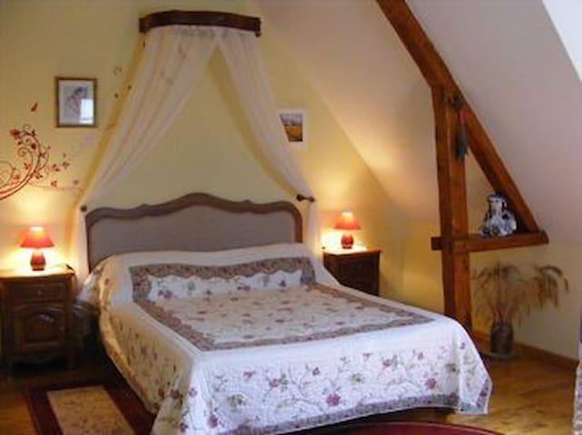 """chambre """"Campagnarde""""avec piscine d'intérieur - Glanville - Bed & Breakfast"""