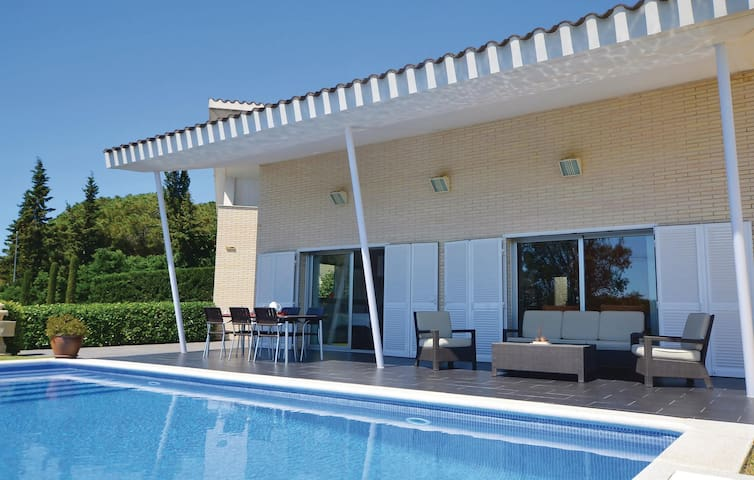 Holiday cottage with 5 bedrooms on 185 m² in Arenys de Munt