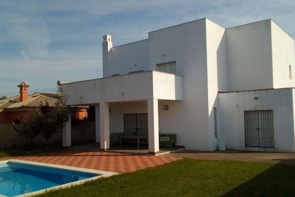 Chalet con piscina en pto santa m chalets for rent in for Piscina municipal el puerto de santa maria