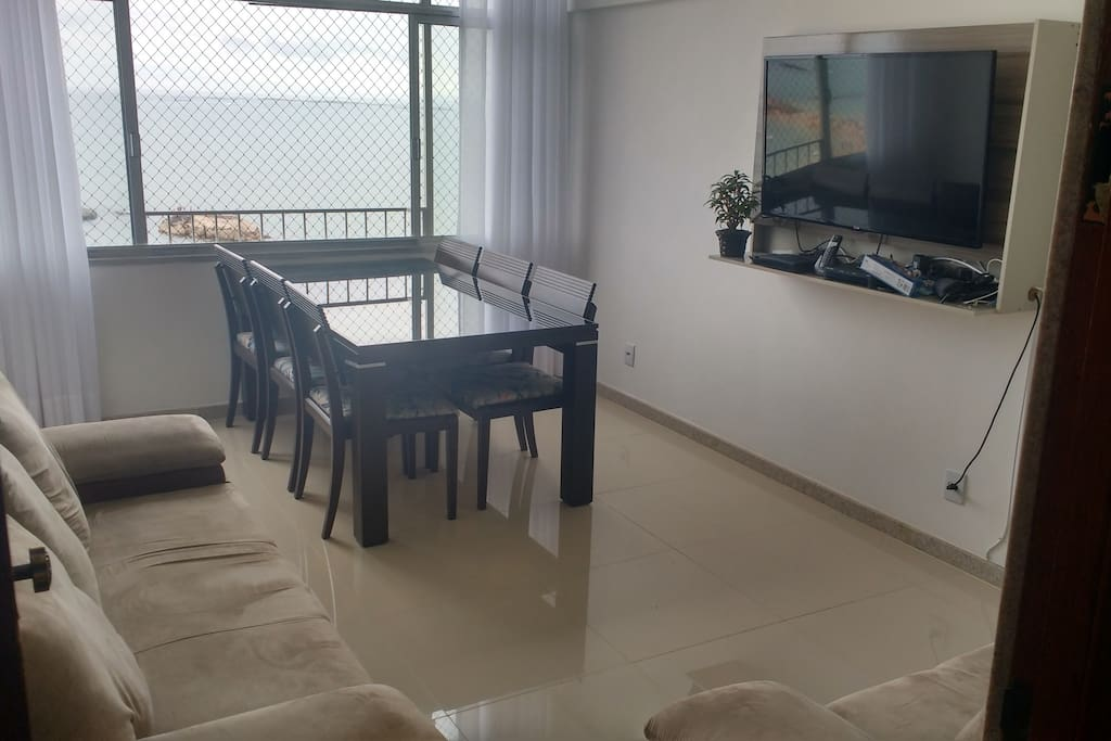 Sala de estar, mesa 6 lugares, sofá 3 e 2 lugares, TV LCD 42, Net 165 canais, Internet Wifi 60 mega.