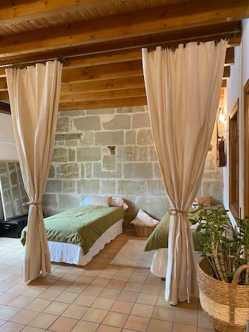 Double lit 90cm avec rideaux séparant du lit queen size