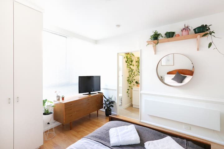 Sunny East Melb Apartment - moments from CBD - Itä-Melbourne - Huoneisto