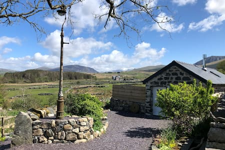 Fab restored small barn & hot tub near Snowdonia