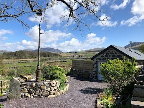 Fab restored small barn & hot tub near Snowdonia