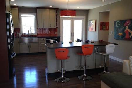 Completely remodeled Contemporary European ranch, family friendly.  3 bedroom, 1.5 bathroom house in Louisville, CO,  15 minutes to Boulder, 40 min to Denver. Walk to Harper lake, open spaces and trails.