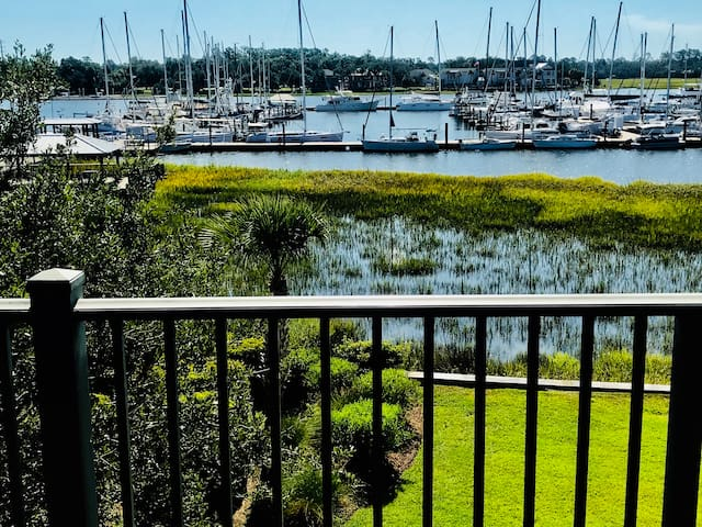 (NEW) Large Gorgeous Condo Right on Marina! Views!