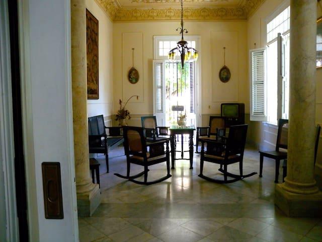 Espacios comunes, que conservan aun ,parte  de su mobiliario original,lo que permite recrear la historia de la casa y sus moradores .