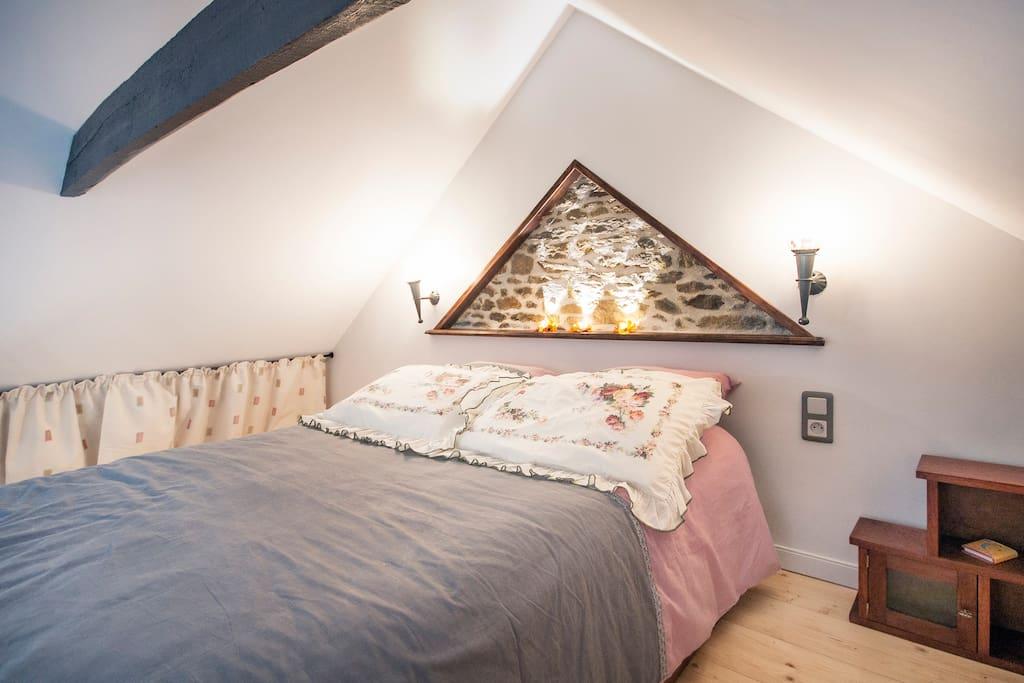 sous les poutres vernies, le lit deux places 140/190