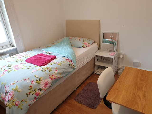 Single room safe convenient place females only