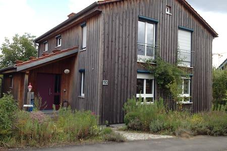 Holzhaus mit Garten - Altertheim - Casa