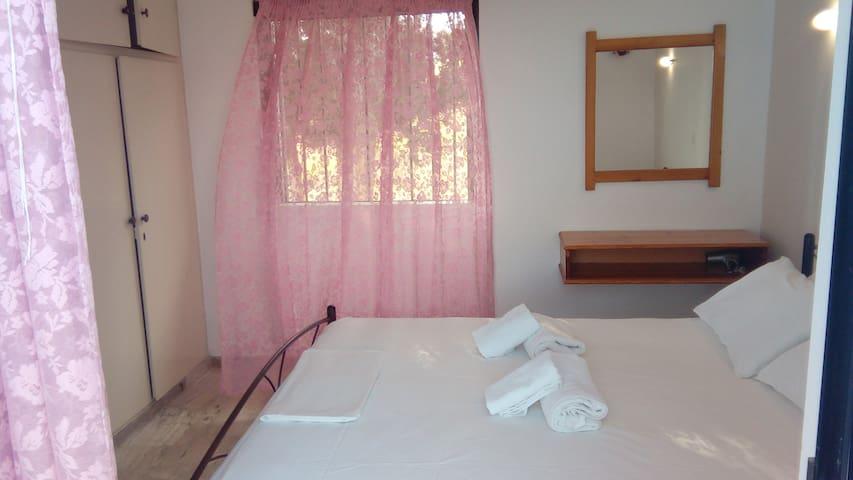 Υπνοδωμάτιο με ι διπλό κρεβάτι