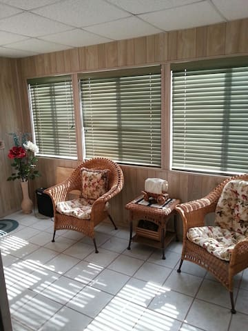 Cabin style manufacture house age 55+ 6 months min - Mesa - Dom