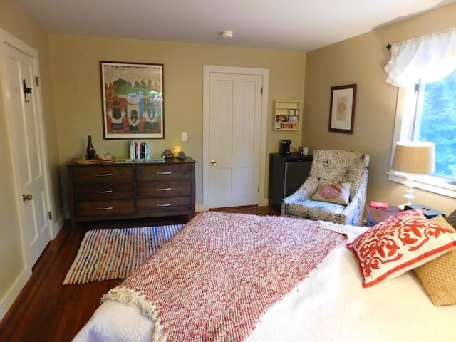 Cozy Suite with a Sweet Porch, Near Town - Amherst - Casa