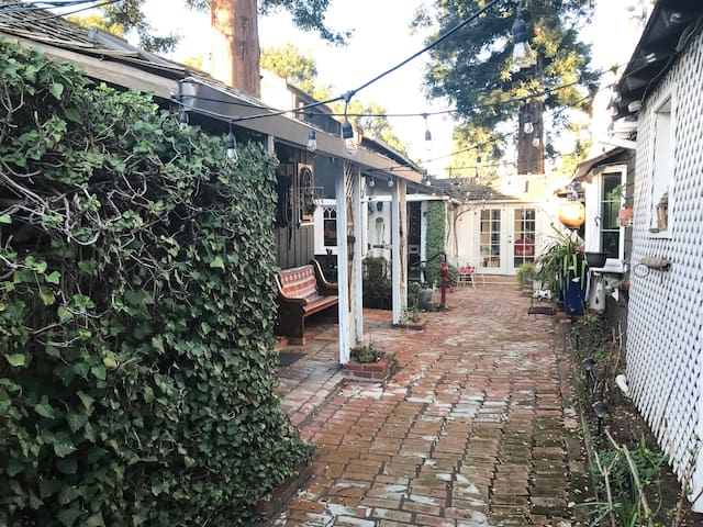 Charming downtown Palo Alto cottage