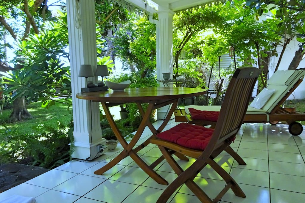 Varangue donnant sur le jardin créole