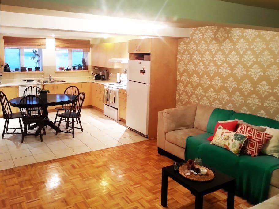 Séjour, salle à manger et cuisine à aire ouvert. Ambiance conviviale et chaleureuse.
