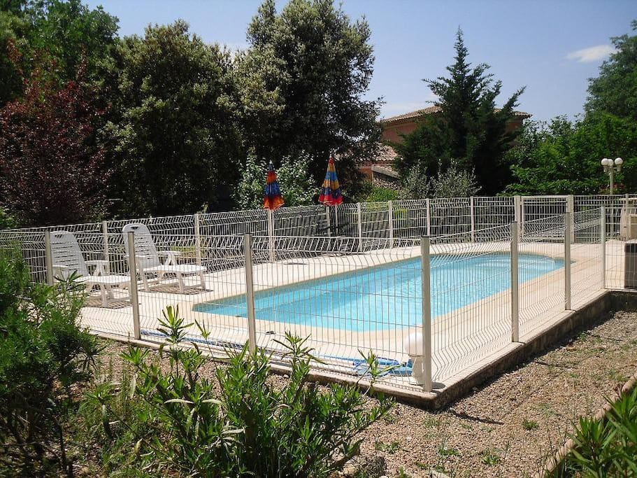 Id al 2 4 pers avec piscine guest suites for rent in for Piscine draguignan
