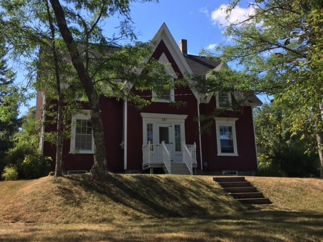 Twin Bedroom in historical home - Mahone Bay - Maison
