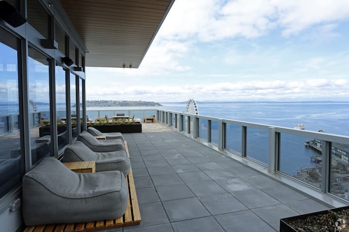 Waterfront Luxurious 1BR Water & Space Needle View