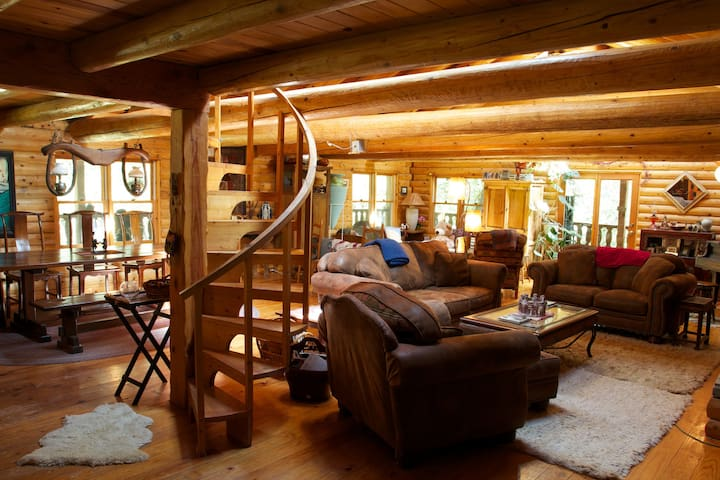 Papa Bear's Lodge, grand log cabin! - Nevada City