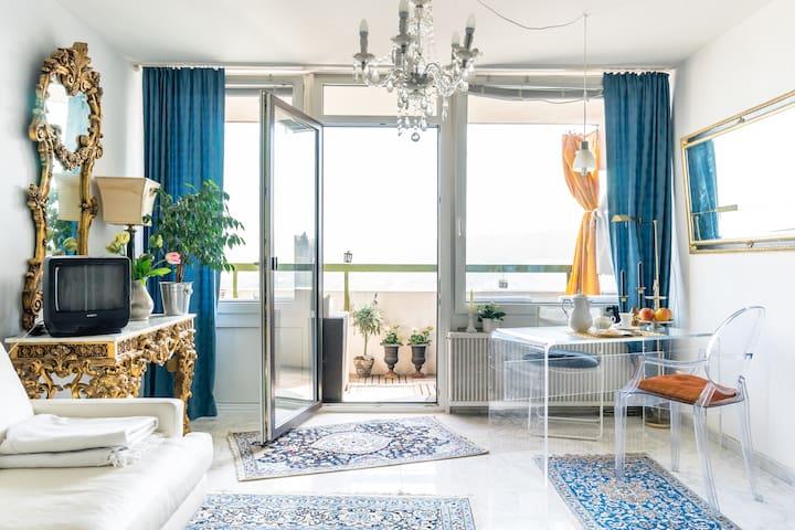 Blick vom Wohnzimmer auf Esstisch und Balkon