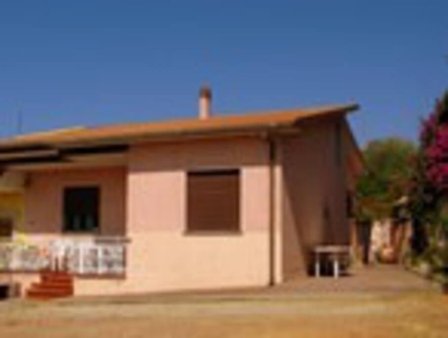 in front of the house - vista primo piano della casa