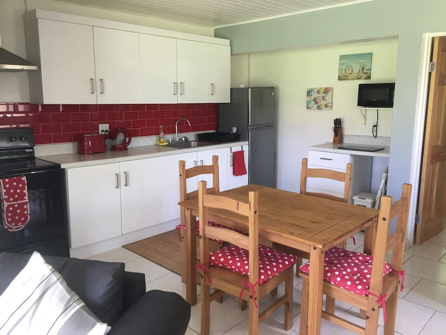 MODERN  FULL SISE KITCHEN WITH NEW APPLIANCES