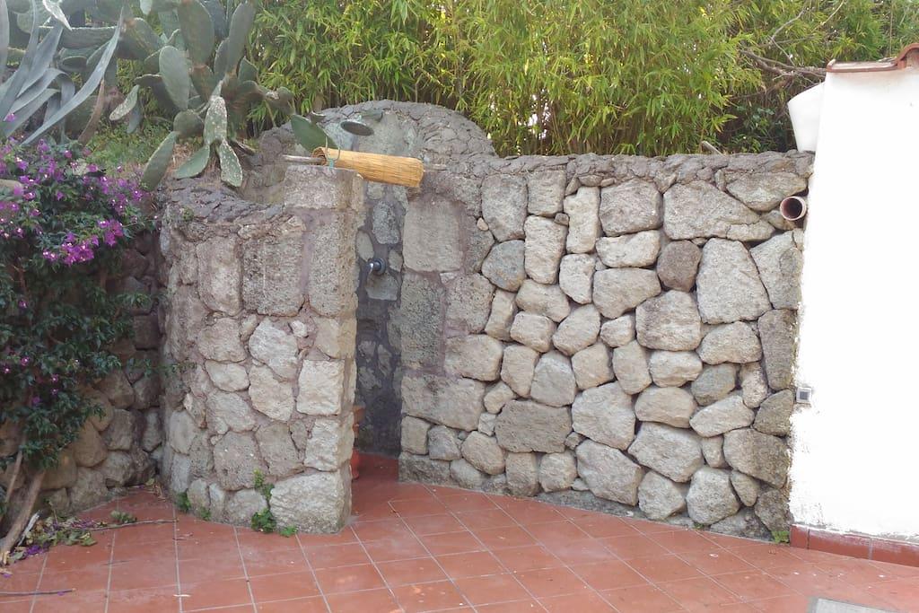 La doccia esterna in pietra