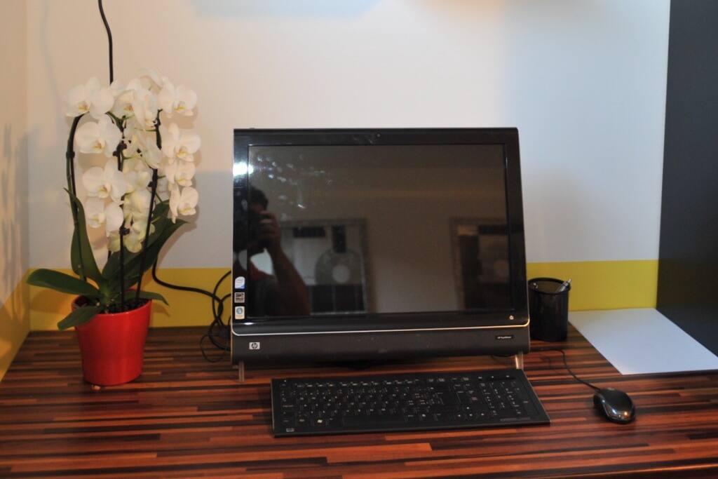 Coin bureau équipé d'un ordinateur avec Internet & wifi