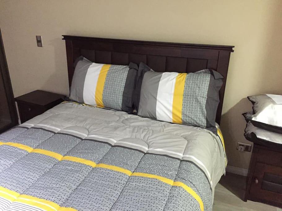 Dormitorio con cama de dos plazas.