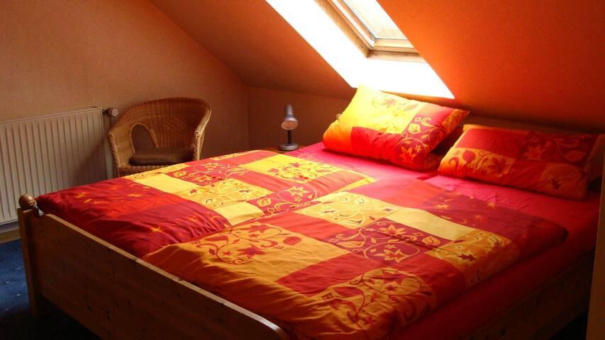Doppelbett im Zweibettzimmer im OG